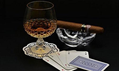 5 asiantuntijan vinkkiä parantaaksesi pokeritaitojasi Vältä juomista ja pelaamista - 5 asiantuntijan vinkkiä parantaaksesi pokeritaitojasi
